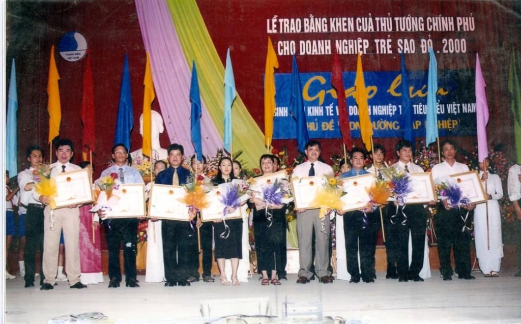 Lễ nhận bằng khen của thủ tướng Chính Phủ năm 2000