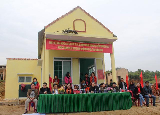 Các đại biểu về dự LễKhánh thành phòng học mang tên Dân trí tại điểm trường bản Sy