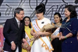 Ông Lê Duy Minh CT. HH TT DN & NN và Bà Nguyễn Như Thủy - Nguyên Trưởng ban Thi đua khen thưởng TP.HCM trao tặng hoa cho Đại sứ Vì cộng đồng - doanh nhân Nguyễn Kim Thúy