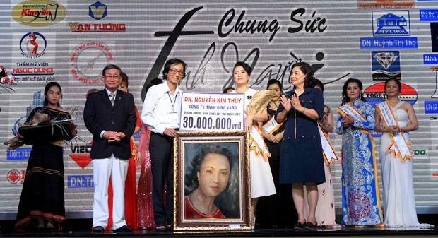 Họa sĩ Lê Phương trao tặng chân dung tri ân DN Nguyễn Kim Thúy