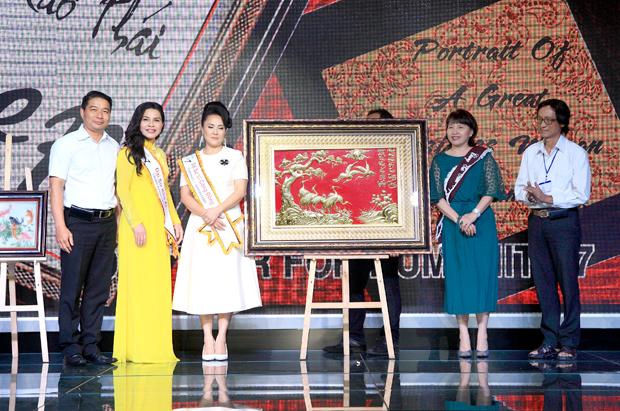 DN Nguyễn Kim Thúy trở thành chủ nhân của bức tranh đồng Tùng Hạc