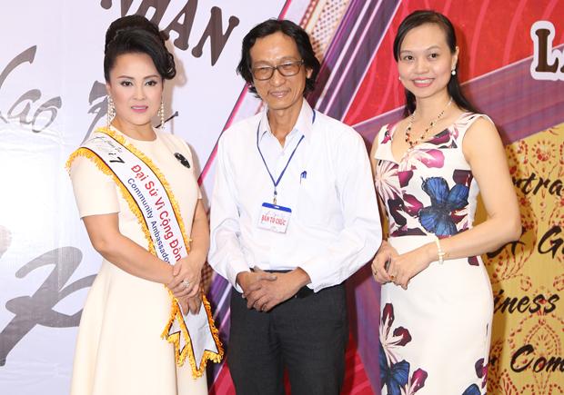 Họa sĩ Lê Phương chụp hình lưu niệm với các nữ doanh nhân
