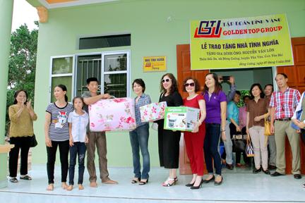Nhóm Thiện Tâm (học sinh lớp 12A1 Trường THPT Ngô Quyền khóa 1982-1985) trao nhiều phần quà cho các gia đình ở huyện Văn Yên