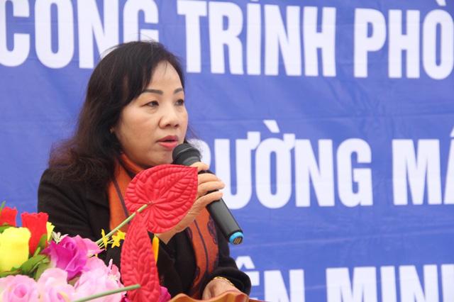 Bà Trần Thị Hương, Phó Giám đốc Sở GD&ĐT Quảng Bình bày tỏ niềm xúc động khi được đón nhận tình cảm từ Báo Dân trí vàTập đoàn Đỉnh Vàngđã dành tặng cho ngành giáo dục tỉnh nhà