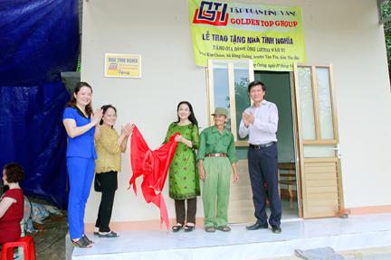 Lãnh đạo Tập đoàn Đỉnh Vàng trao nhà tình nghĩa tặng các gia đình