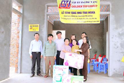 Lãnh đạo Tập đoàn Đỉnh Vàng trao các phần quà tặng các gia đình ở huyện Văn Yên (tỉnh Yên Bái)